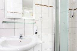 Ванная комната 2. Кипр, Фиг Три Бэй Протарас : Шикарная вилла с бассейном в 100 метрах от пляжа Фиг Три Бей, 3 спальни, 2 ванные комнаты, барбекю, парковка, Wi-Fi