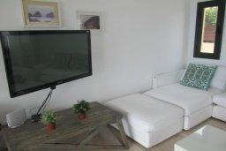 Гостиная. Кипр, Писсури : Великолепная вилла с бассейном и видом на море, 3 спальни, 2 ванные комнаты, дворик с барбекю, парковка, Wi-Fi