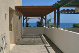 Терраса. Кипр, Коннос Бэй : Великолепная вилла с панорамным видом на Средиземное море, с 4-мя спальнями, с бассейном и террасой с патио