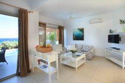 Гостиная. Кипр, Коннос Бэй : Великолепная вилла с панорамным видом на Средиземное море, с 4-мя спальнями, с бассейном и террасой с патио