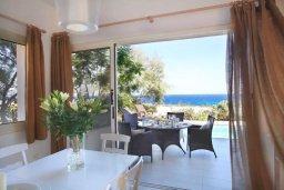 Обеденная зона. Кипр, Коннос Бэй : Великолепная вилла с панорамным видом на Средиземное море, с 4-мя спальнями, с бассейном и террасой с патио