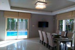 Обеденная зона. Кипр, Пареклисия : Современная вилла с большим бассейном и зеленым двориком с барбекю, 4 спальни, 4 ванные комнаты, парковка, Wi-Fi
