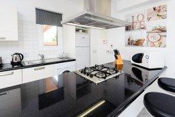 Кухня. Кипр, Пернера Тринити : Великолепная вилла с бассейном и двориком с барбекю, 2 спальни, 2 ванные комнаты, парковка, Wi-Fi
