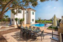 Фасад дома. Кипр, Аммос - Лимнария Бич : Роскошная вилла с бассейном и большим двором с патио и барбекю, 3 спальни, 2 ванные комнаты, парковка, Wi-Fi
