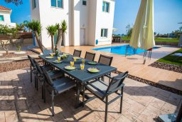 Обеденная зона. Кипр, Аммос - Лимнария Бич : Роскошная вилла с бассейном и большим двором с патио и барбекю, 3 спальни, 2 ванные комнаты, парковка, Wi-Fi