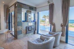 Гостиная. Кипр, Пернера : Роскошная вилла в 50 метрах от пляжа, с бассейном, патио и зеленой лужайкой, 5 спален, 4 ванные комнаты, барбекю, парковка, Wi-Fi