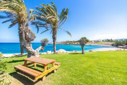Территория. Кипр, Пернера : Роскошная вилла в 50 метрах от пляжа, с бассейном, патио и зеленой лужайкой, 5 спален, 4 ванные комнаты, барбекю, парковка, Wi-Fi