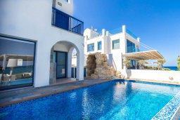 Фасад дома. Кипр, Пернера : Роскошная вилла в 50 метрах от пляжа, с бассейном, патио и зеленой лужайкой, 5 спален, 4 ванные комнаты, барбекю, парковка, Wi-Fi