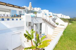Фасад дома. Кипр, Фиг Три Бэй Протарас : Роскошная современная вилла с бассейном и зеленой лужайкой недалеко от пляжа, 2 гостиные, 4 спальни, 5 ванных комнат, внутренний дворик, барбекю, патио, парковка, Wi-Fi