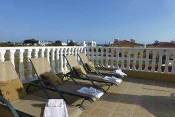 Балкон. Кипр, Нисси Бич : Апартамент в комплексе с бассейном, с гостиной, двумя спальнями и большим балконом с обеденной зоной и шезлонгами