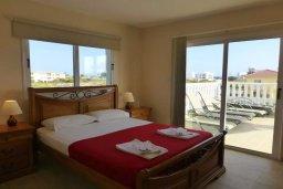 Спальня. Кипр, Нисси Бич : Апартамент в комплексе с бассейном, с гостиной, двумя спальнями и большим балконом с обеденной зоной и шезлонгами