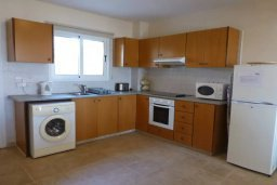 Кухня. Кипр, Нисси Бич : Апартамент в комплексе с бассейном, с гостиной, двумя спальнями и большим балконом с обеденной зоной и шезлонгами