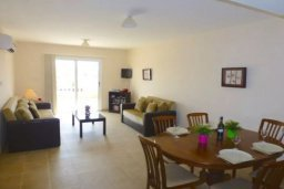 Гостиная. Кипр, Нисси Бич : Апартамент в комплексе с бассейном, с гостиной, двумя спальнями и большим балконом с обеденной зоной и шезлонгами