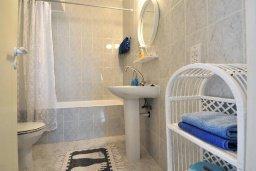 Ванная комната. Кипр, Пафос город : Уютный апартамент с гостиной, двумя спальнями и двумя балконами