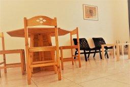 Гостиная. Кипр, Пафос город : Уютный апартамент с гостиной, двумя спальнями и двумя балконами