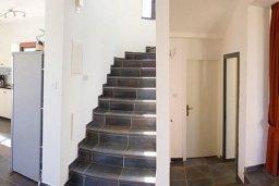 Лестница наверх. Кипр, Ионион - Айя Текла : Роскошная вилла с бассейном в 100 метрах от пляжа, 4 спальни, 2 ванные комнаты, барбекю, бильярд, парковка, Wi-Fi