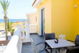 Балкон. Кипр, Ионион - Айя Текла : Роскошная вилла с бассейном в 100 метрах от пляжа, 4 спальни, 2 ванные комнаты, барбекю, бильярд, парковка, Wi-Fi