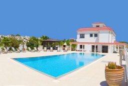 Фасад дома. Кипр, Нисси Бич : Роскошная вилла с большим бассейном и зеленой территорией, 6 спален, 5 ванных комнат, беседка, патио, барбекю, джакузи, бильярд, парковка, Wi-Fi