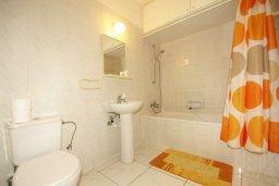 Ванная комната. Кипр, Мутаяка Лимассол : Прекрасный апартамент в комплексе с бассейном, с гостиной, двумя спальнями и большим бассейном