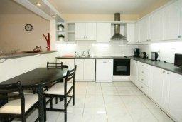 Кухня. Кипр, Мутаяка Лимассол : Прекрасный апартамент в комплексе с бассейном, с гостиной, двумя спальнями и большим бассейном