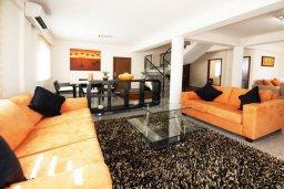 Гостиная. Кипр, Гермасойя Лимассол : Прекрасная вилла с бассейном и зеленым двориком, 6 спален, 3 ванные комнаты, парковка, Wi-Fi