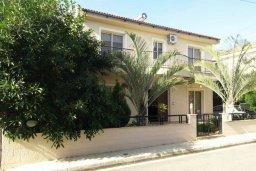 Фасад дома. Кипр, Гермасойя Лимассол : Прекрасная вилла с бассейном и зеленым двориком, 6 спален, 3 ванные комнаты, парковка, Wi-Fi