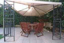 Терраса. Кипр, Гермасойя Лимассол : Прекрасная вилла с бассейном и зеленым двориком, 6 спален, 3 ванные комнаты, парковка, Wi-Fi