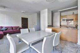 Кухня. Кипр, Пареклисия : Апартамент в комплексе с бассейном в 100 метрах от пляжа, с гостиной, двумя спальнями и большим балконом