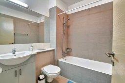 Ванная комната. Кипр, Пареклисия : Апартамент в комплексе с бассейном в 100 метрах от пляжа, с гостиной, двумя спальнями и большим балконом
