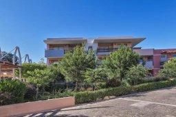 Фасад дома. Кипр, Пареклисия : Апартамент в комплексе с бассейном в 100 метрах от пляжа, с гостиной, двумя спальнями и большим балконом