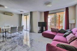 Гостиная. Кипр, Пареклисия : Апартамент в комплексе с бассейном в 100 метрах от пляжа, с гостиной, двумя спальнями и большим балконом
