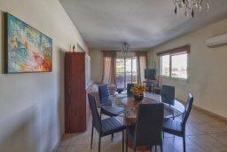 Обеденная зона. Кипр, Мутаяка Лимассол : Великолепный апартамент в комплексе с бассейном в 100 метрах от пляжа, с гостиной, двумя спальнями, двумя ванными комнатами и двумя балконами