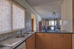 Кухня. Кипр, Мутаяка Лимассол : Великолепный апартамент в комплексе с бассейном в 100 метрах от пляжа, с гостиной, двумя спальнями, двумя ванными комнатами и двумя балконами
