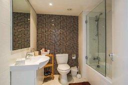 Ванная комната. Кипр, Мутаяка Лимассол : Современный апартамент в комплексе с бассейном в 20 метрах от пляжа, с гостиной, двумя спальнями, двумя ванными комнатами и тремя балконами с боковым видом на море