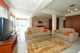 Гостиная. Кипр, Центр Лимассола : Роскошный петнхаус в 50 метрах от пляжа с большой террасой с шикарным видом на море, джакузи и барбекю, 4 спальни, 4 ванные комнаты