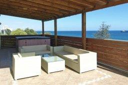 Терраса. Кипр, Центр Лимассола : Роскошный петнхаус в 50 метрах от пляжа с большой террасой с шикарным видом на море, джакузи и барбекю, 4 спальни, 4 ванные комнаты