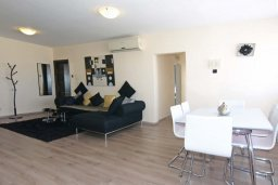 Гостиная. Кипр, Центр Лимассола : Прекрасный пентхаус с террасой и видом на море, с просторной гостиной, тремя спальнями, двумя ванными комнатами, в 170 метрах от пляжа