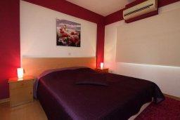 Спальня. Кипр, Центр Лимассола : Апартамент в комплексе с бассейном в 50 метрах от пляжа, с гостиной и двумя спальнями