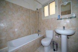 Ванная комната. Кипр, Центр Лимассола : Апартамент в комплексе с бассейном в 50 метрах от пляжа, с гостиной и двумя спальнями