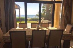 Обеденная зона. Кипр, Декелия - Ороклини : Роскошная пляжная вилла с зеленым двориком, патио, барбекю и джакузи, 4 спальни, 3 ванные комнаты, парковка, Wi-Fi