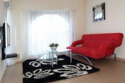 Гостиная. Кипр, Айос Тихонас Лимассол : Апартамент с гостиной, отдельной спальней и балконом с видом на море