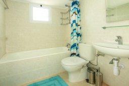 Ванная комната. Кипр, Айос Тихонас Лимассол : Апартамент с гостиной, отдельной спальней и балконом с видом на море