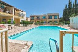 Бассейн. Кипр, Гермасойя Лимассол : Таунхаус в комплексе с бассейном, с гостиной, двумя спальнями, двумя ванными комнатами и балконом