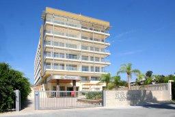 Фасад дома. Кипр, Мутаяка Лимассол : Апартамент в комплексе с бассейном в 100 метрах от пляжа, с гостиной, двумя спальнями, двумя ванными комнатами и балконом