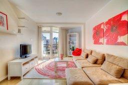 Гостиная. Кипр, Мутаяка Лимассол : Апартамент в комплексе с бассейном в 100 метрах от пляжа, с гостиной, двумя спальнями, двумя ванными комнатами и балконом