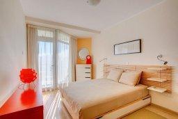 Спальня. Кипр, Мутаяка Лимассол : Апартамент в комплексе с бассейном в 100 метрах от пляжа, с гостиной, двумя спальнями, двумя ванными комнатами и балконом