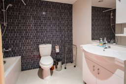 Ванная комната 2. Кипр, Мутаяка Лимассол : Апартамент в комплексе с бассейном в 100 метрах от пляжа, с гостиной, двумя спальнями, двумя ванными комнатами и балконом