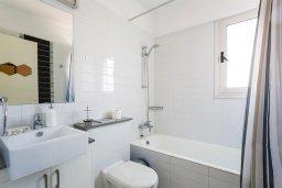Ванная комната. Кипр, Центр Лимассола : Апартамент с большой гостиной, тремя спальнями, двумя ванными комнатами и большим балконом