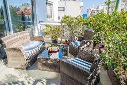 Балкон. Кипр, Центр Лимассола : Апартамент с большой гостиной, тремя спальнями, двумя ванными комнатами и большим балконом