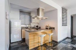 Кухня. Кипр, Центр Лимассола : Апартамент с большой гостиной, тремя спальнями, двумя ванными комнатами и большим балконом
